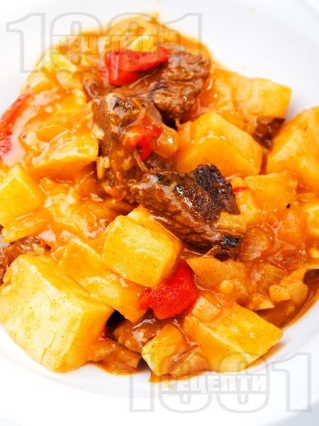 Варен гювеч с телешко месо, картофи, патладжани и моркови в тенджера - снимка на рецептата